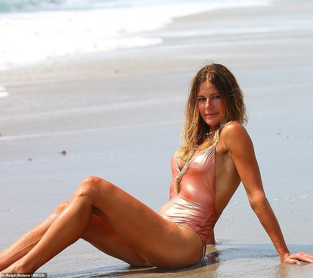 Cựu siêu mẫu Kelly Bensimon 52 tuổi thả dáng 'bốc lửa' trên biển ảnh 4