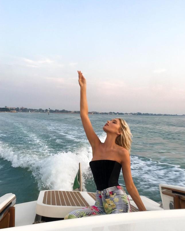 Elsa Hosk tung series ảnh bikini 'đốt cháy' nắng hè ảnh 11