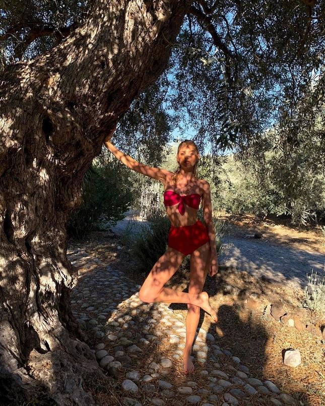 Elsa Hosk tung series ảnh bikini 'đốt cháy' nắng hè ảnh 12