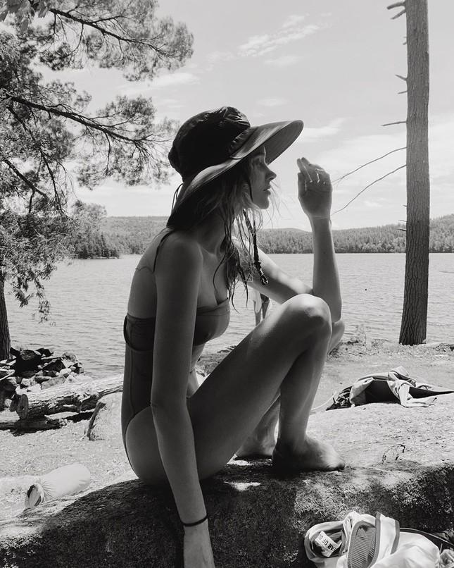 Elsa Hosk tung series ảnh bikini 'đốt cháy' nắng hè ảnh 2