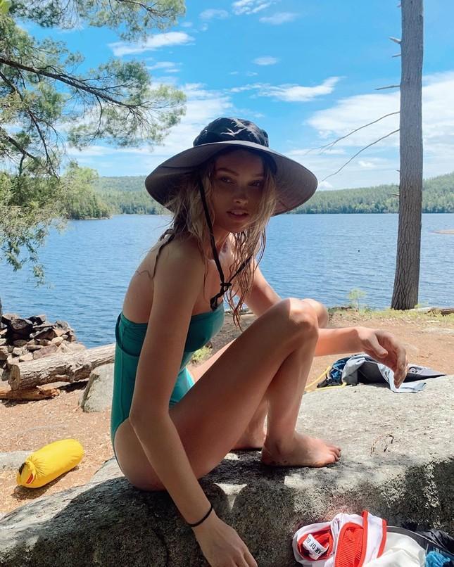 Elsa Hosk tung series ảnh bikini 'đốt cháy' nắng hè ảnh 1