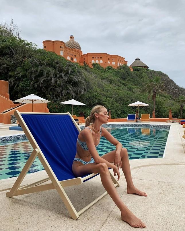 Elsa Hosk tung series ảnh bikini 'đốt cháy' nắng hè ảnh 10