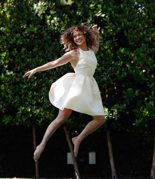 Ba vòng nóng bỏng, Jennifer Lopez rạng ngời xuân sắc ở tuổi 50 ảnh 15