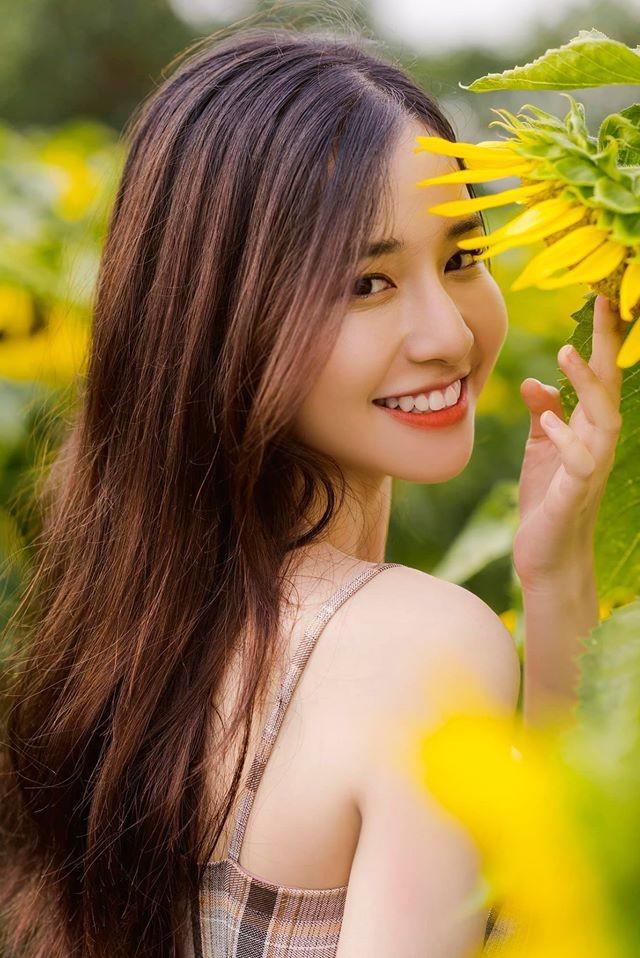 Nụ cười tỏa nắng bên hoa của nữ sinh trường đại học FPT ảnh 1