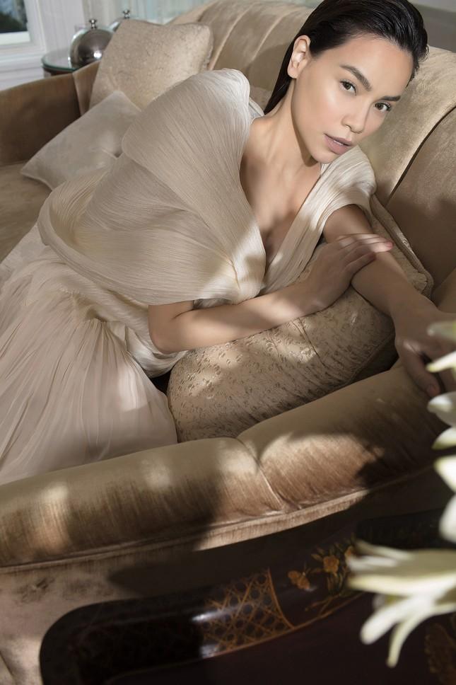 Hồ Ngọc Hà - Thanh Hằng siêu gợi cảm với váy áo Công Trí, gây 'bão' trên Vogue Pháp ảnh 20