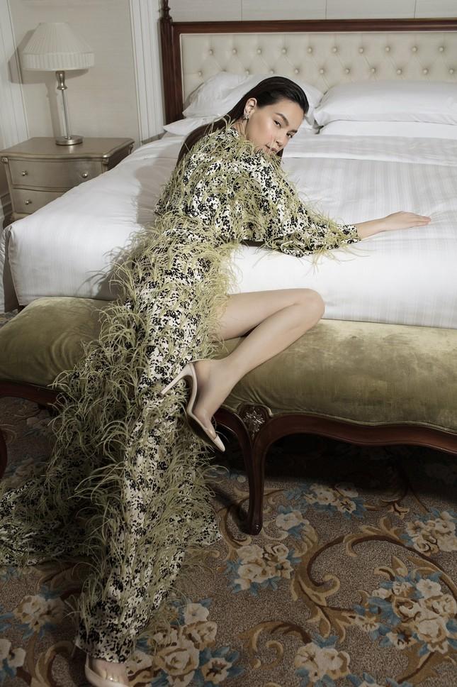 Hồ Ngọc Hà - Thanh Hằng siêu gợi cảm với váy áo Công Trí, gây 'bão' trên Vogue Pháp ảnh 13