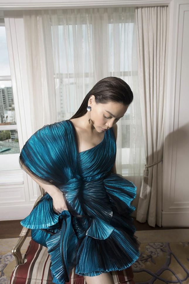 Hồ Ngọc Hà - Thanh Hằng siêu gợi cảm với váy áo Công Trí, gây 'bão' trên Vogue Pháp ảnh 10