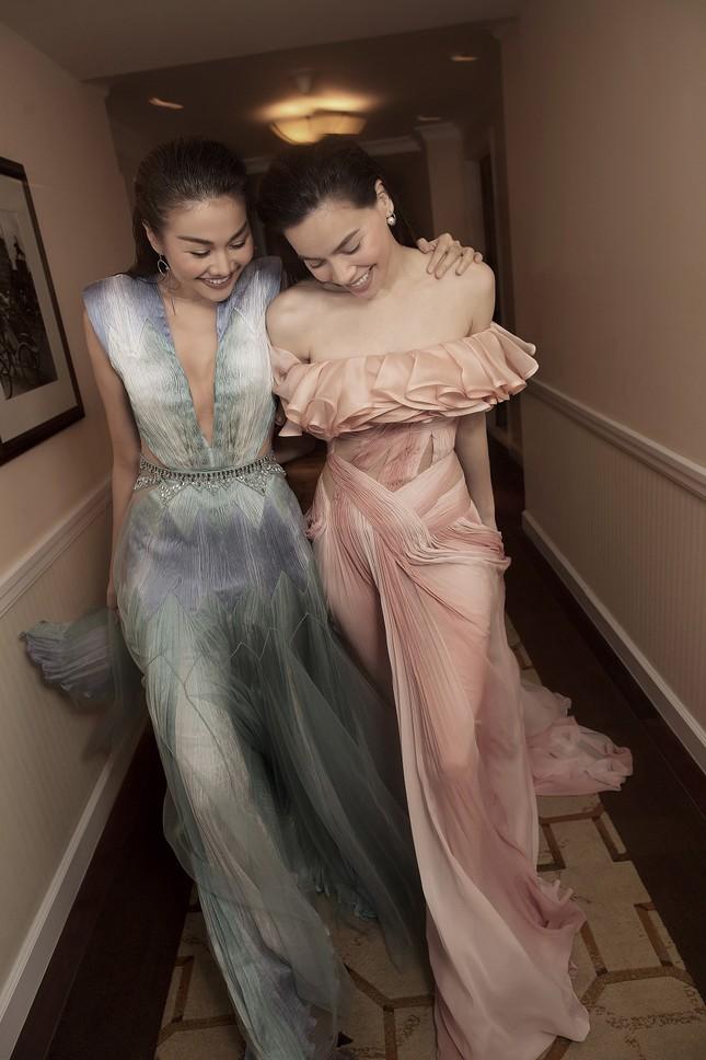 Hồ Ngọc Hà - Thanh Hằng siêu gợi cảm với váy áo Công Trí, gây 'bão' trên Vogue Pháp ảnh 11