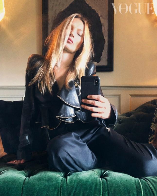 Irina Shayk, Kendall Jenner và dàn 'chân dài' selfie với túi xách che ngực ảnh 10
