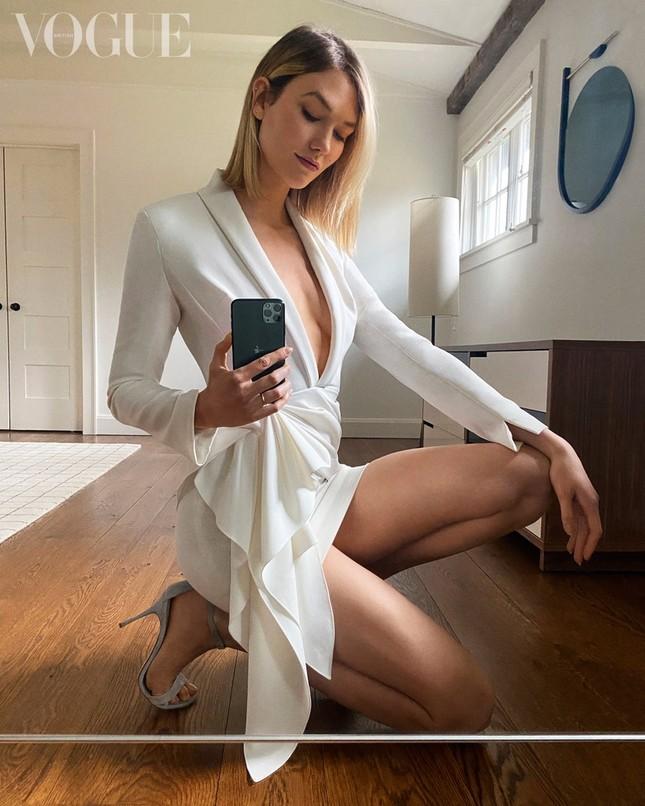Irina Shayk, Kendall Jenner và dàn 'chân dài' selfie với túi xách che ngực ảnh 11
