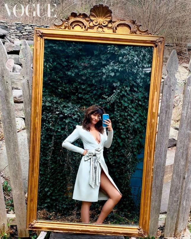 Irina Shayk, Kendall Jenner và dàn 'chân dài' selfie với túi xách che ngực ảnh 13