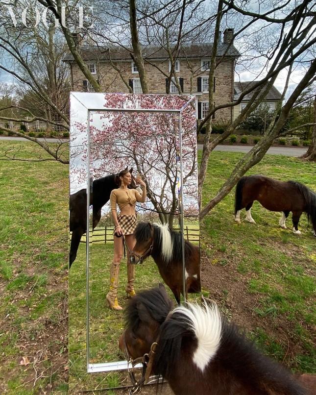 Irina Shayk, Kendall Jenner và dàn 'chân dài' selfie với túi xách che ngực ảnh 9