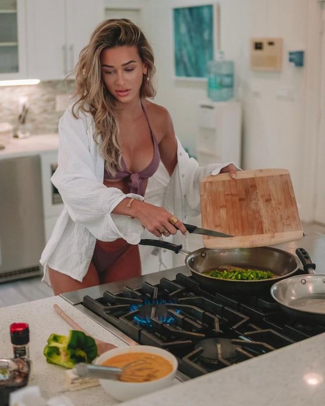 Mặc bikini nấu ăn, Cindy Prado hóa bà nội trợ siêu gợi cảm ảnh 4