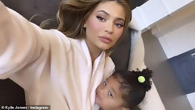 Em út gợi cảm nhà Kardashian bế con gái lên bìa Vogue ảnh 10