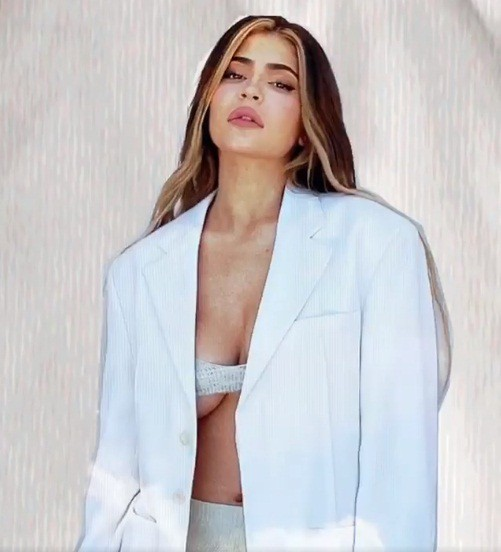 Em út gợi cảm nhà Kardashian bế con gái lên bìa Vogue ảnh 5