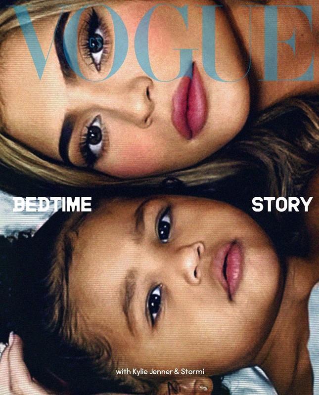 Em út gợi cảm nhà Kardashian bế con gái lên bìa Vogue ảnh 1