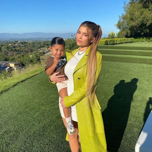Em út gợi cảm nhà Kardashian bế con gái lên bìa Vogue ảnh 13
