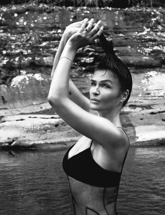 Cựu thiên thần nội y Helena Christensen dáng đẹp 'nảy lửa' ảnh 6