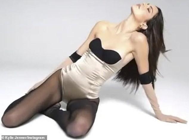 Siêu mẫu đắt giá nhất thế giới diện bodysuit nóng bỏng ảnh 2