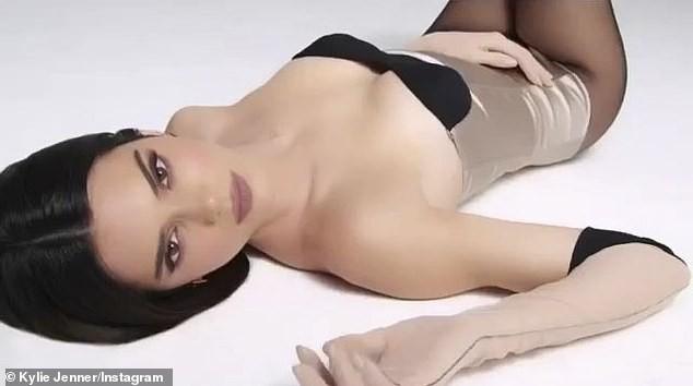 Siêu mẫu đắt giá nhất thế giới diện bodysuit nóng bỏng ảnh 4