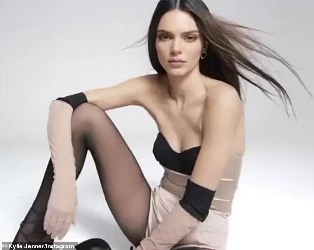 Siêu mẫu đắt giá nhất thế giới diện bodysuit nóng bỏng ảnh 3