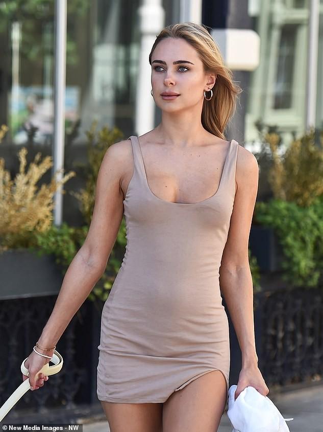 Kimberley Garner mặc váy ngắn tôn dáng tuyệt đẹp trên phố ảnh 3