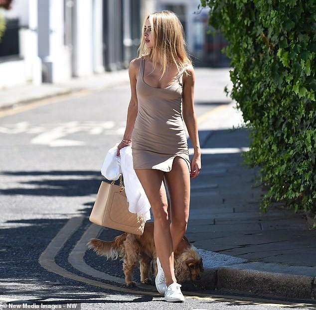 Kimberley Garner mặc váy ngắn tôn dáng tuyệt đẹp trên phố ảnh 6