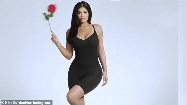 Nữ tỉ phú 'hụt' Kylie Jenner ngực đầy nóng bỏng với nội y ảnh 9