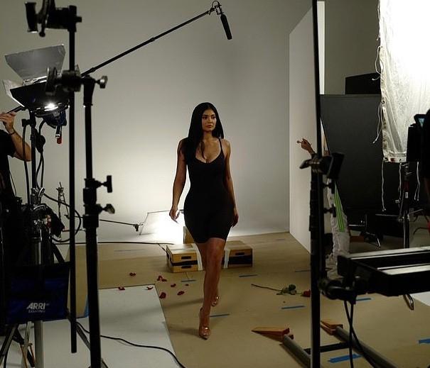 Nữ tỉ phú 'hụt' Kylie Jenner ngực đầy nóng bỏng với nội y ảnh 10
