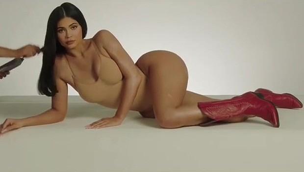 Nữ tỉ phú 'hụt' Kylie Jenner ngực đầy nóng bỏng với nội y ảnh 7