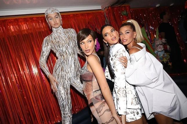 Bella Hadid thả dáng đẹp như tạc tượng ở Ý ảnh 7
