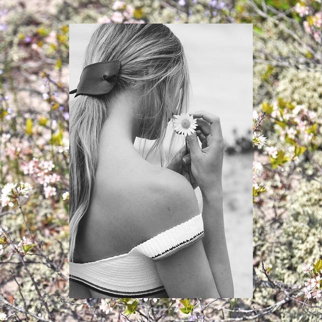 'Biểu tượng nhan sắc Nam Phi' mặc bikini gợi cảm ngây ngất giữa cánh đồng hoa ảnh 7