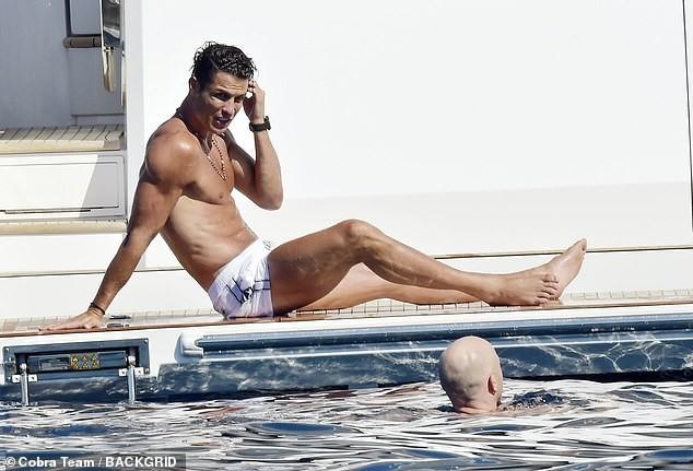 Ronaldo và bạn gái nóng bỏng trên du thuyền hạng sang ở Ý ảnh 2