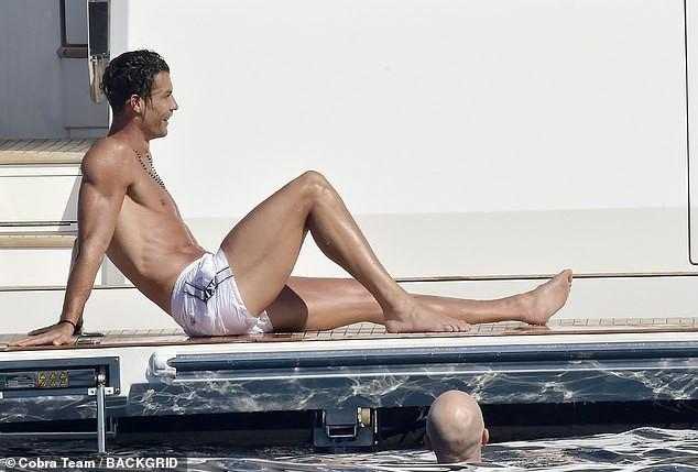 Ronaldo và bạn gái nóng bỏng trên du thuyền hạng sang ở Ý ảnh 3