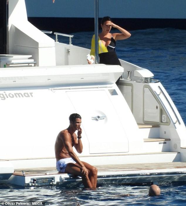 Ronaldo và bạn gái nóng bỏng trên du thuyền hạng sang ở Ý ảnh 7
