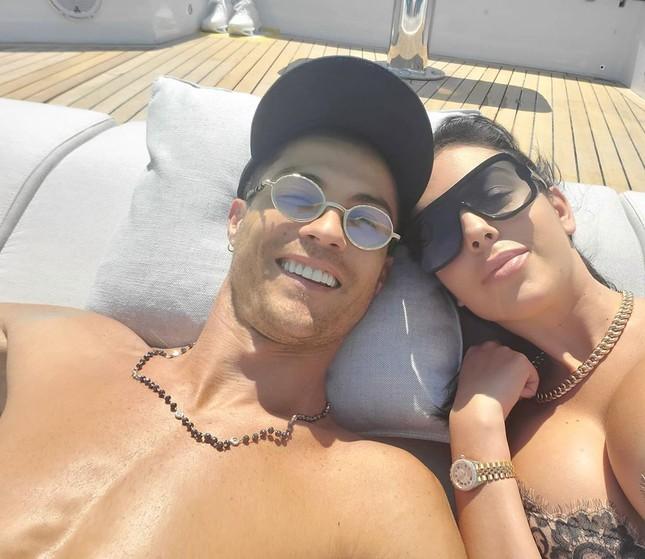 Ronaldo và bạn gái nóng bỏng trên du thuyền hạng sang ở Ý ảnh 9