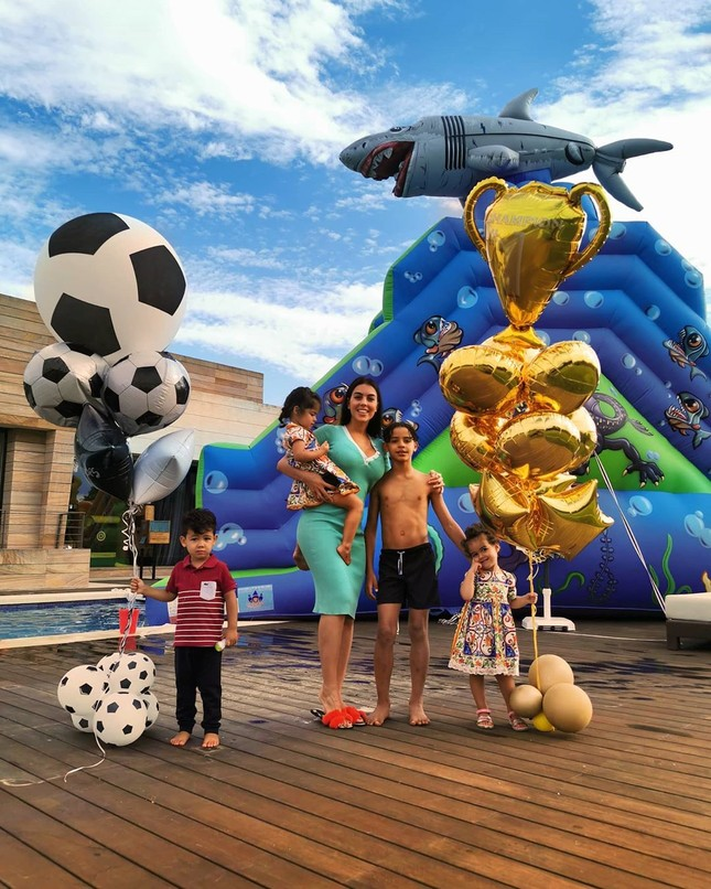 Ronaldo và bạn gái nóng bỏng trên du thuyền hạng sang ở Ý ảnh 12