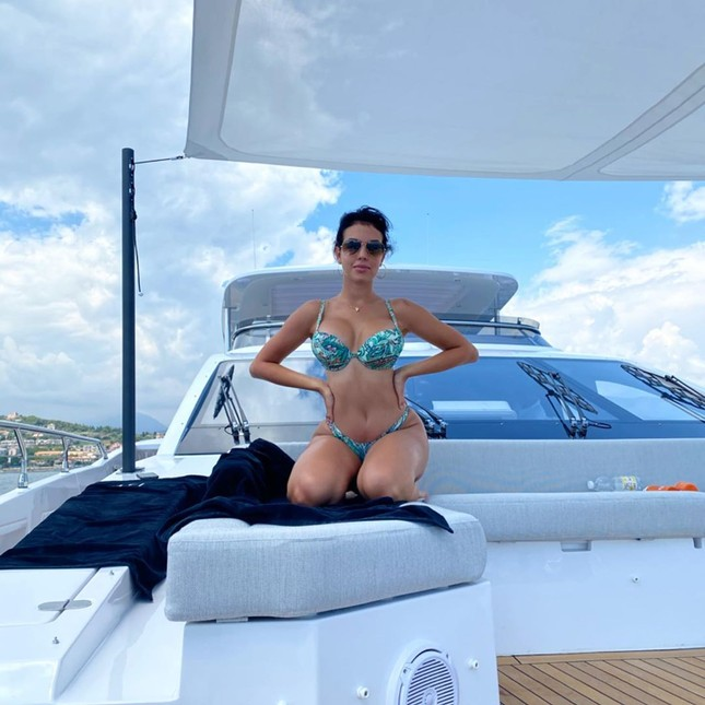 Bạn gái Ronaldo mặc bikini tôn ba vòng nảy nở ảnh 1