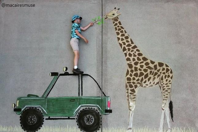 Cô bé 14 tuổi vẽ tranh 'du lịch vòng quanh thế giới' đẹp lung linh cho em trai ảnh 17