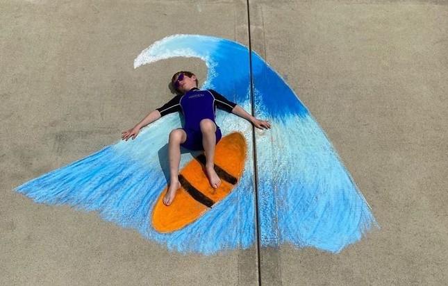 Cô bé 14 tuổi vẽ tranh 'du lịch vòng quanh thế giới' đẹp lung linh cho em trai ảnh 20