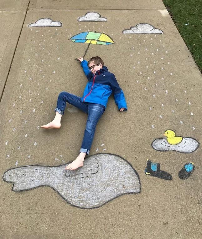 Cô bé 14 tuổi vẽ tranh 'du lịch vòng quanh thế giới' đẹp lung linh cho em trai ảnh 14