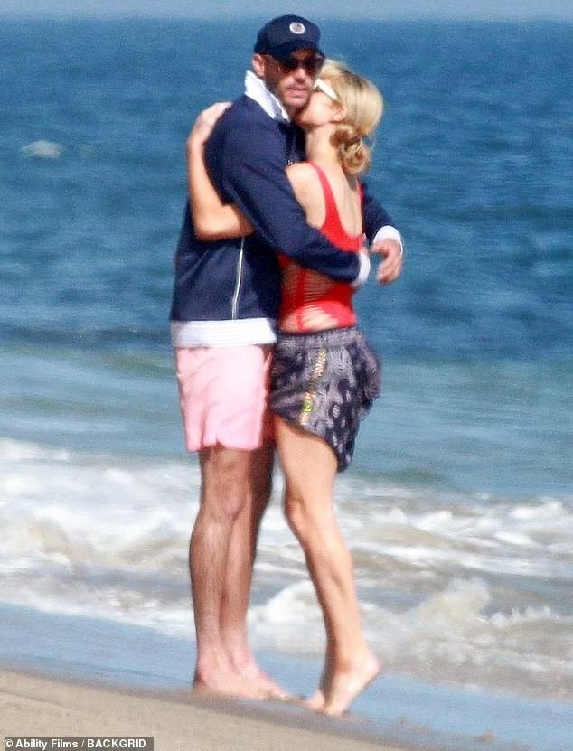 Cô nàng thừa kế Paris Hilton tình tứ bên bạn trai ở biển Malibu ảnh 5
