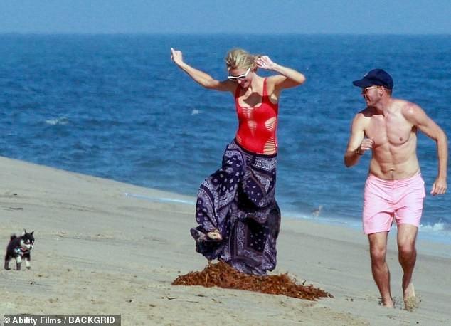 Cô nàng thừa kế Paris Hilton tình tứ bên bạn trai ở biển Malibu ảnh 2