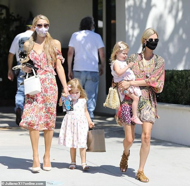 Cô nàng thừa kế Paris Hilton tình tứ bên bạn trai ở biển Malibu ảnh 7