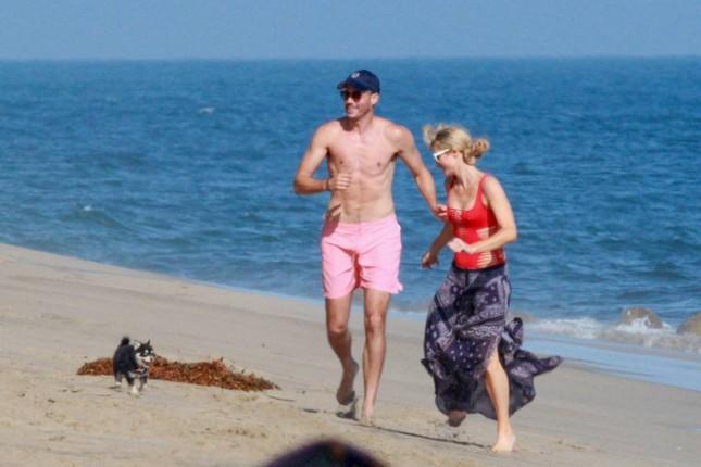 Cô nàng thừa kế Paris Hilton tình tứ bên bạn trai ở biển Malibu ảnh 3
