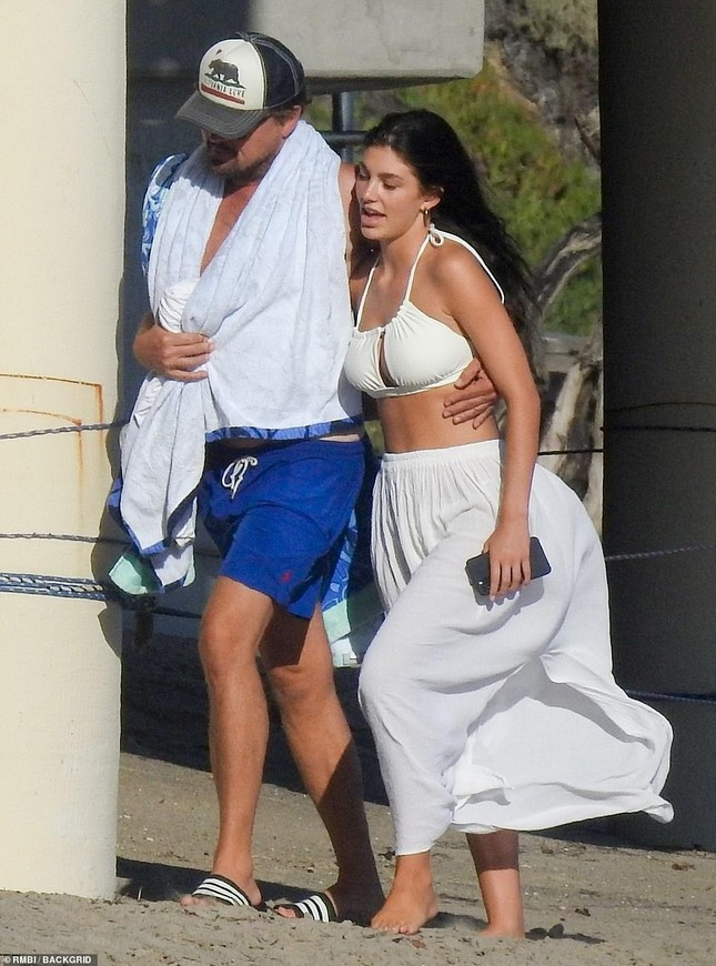 Leonardo DiCaprio tình tứ ôm eo bạn gái kém 23 tuổi dạo biển ảnh 1