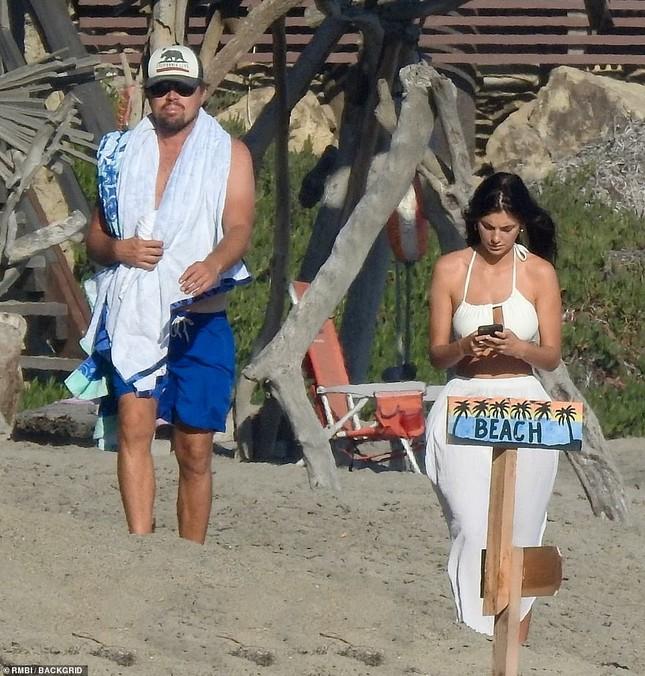 Leonardo DiCaprio tình tứ ôm eo bạn gái kém 23 tuổi dạo biển ảnh 4
