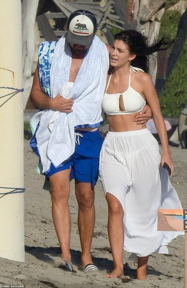 Leonardo DiCaprio tình tứ ôm eo bạn gái kém 23 tuổi dạo biển ảnh 3