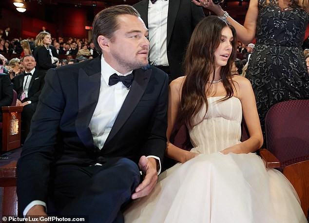 Leonardo DiCaprio tình tứ ôm eo bạn gái kém 23 tuổi dạo biển ảnh 7