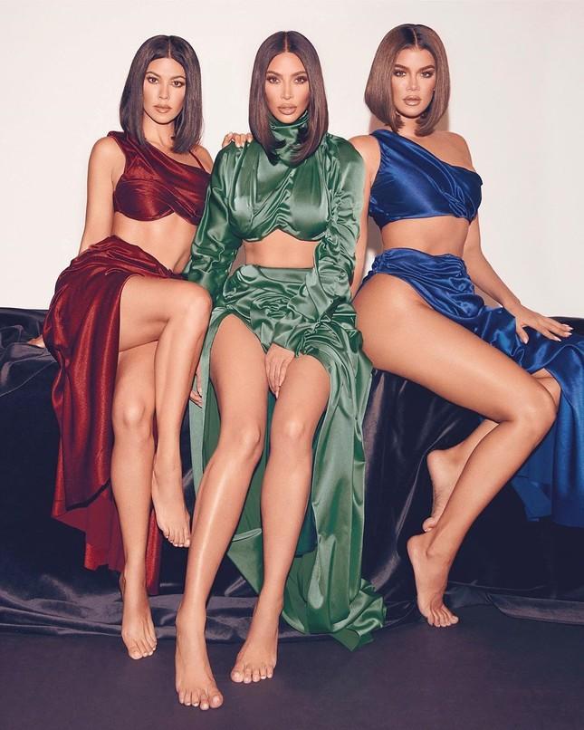 Chị em nhà Kardashian khoe dáng 'đồng hồ cát' quyến rũ ảnh 1